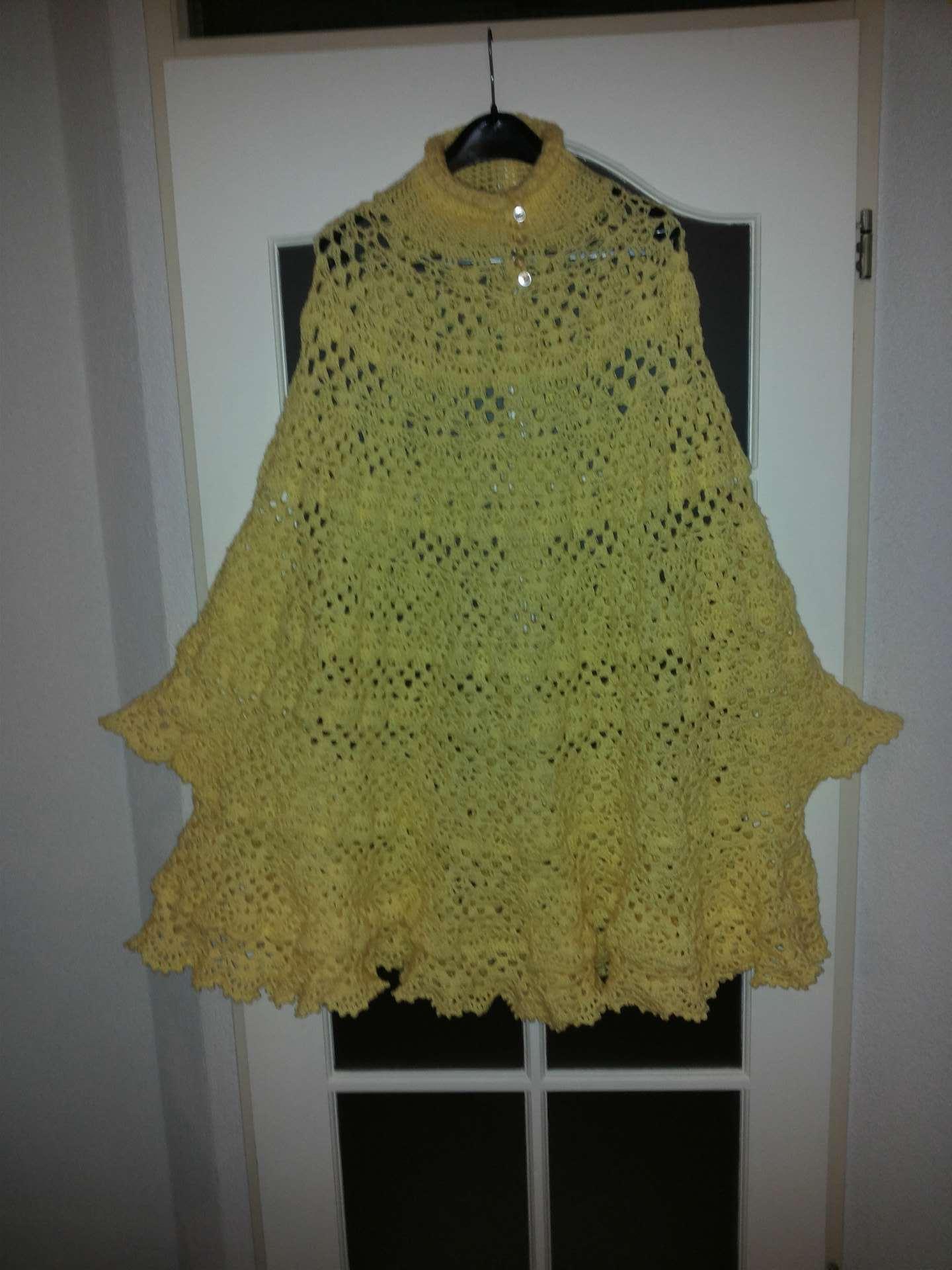 gele poncho met knoopjes